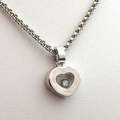 Chaîne et pendentif Chopard or blanc modèle Happy diamonds en forme de cœur contenant un diamant mobile. 1480 euros TTC / http://www.bijoux-bijouterie.com/1299-chopard-collier-coeur-226-bijou-chopard-seconde-main.html #bijou #valentin