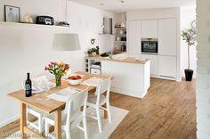 W małym mieszkaniu mieszkaniu właściciele wykorzystali każdy skrawek przestrzeni. Kuchnia z salonem tworzy jedno wnętrze, by optycznie powiększyć mieszkanie. W aranżacji kuchni wybrali jasne kolory oraz proste meble. W kuchni zdecydowano się na białe meble zrobione na wymiar.