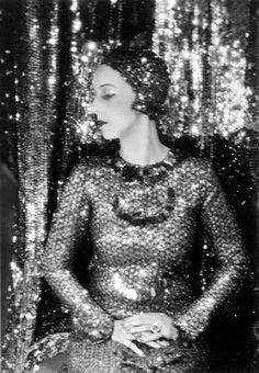 Previous pinner writes: Nancy Cunard was sheer glamour. She was the British heiress to the Cunard shipping line fortune, and abandoned her societal responsibilities to skip off to Paris in the to live the jazz life. Moda Retro, Moda Vintage, Vintage Mode, Vintage Glamour, Vintage Beauty, Vintage Fashion, 1920s Glamour, Hollywood Glamour, Vintage Clothing