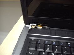 uszkodzone zawiasy w laptopie