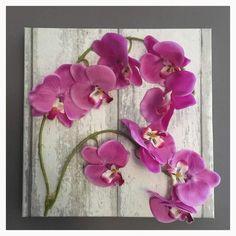 Eigen gemaakt schilderij van behang en een nep orchideeën slinger