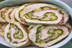 Rollè di tacchino farcito con zucchine e pancetta ottimo secondo piatto a base di carne bianca perfetto anche in occasione di una cena particolare.