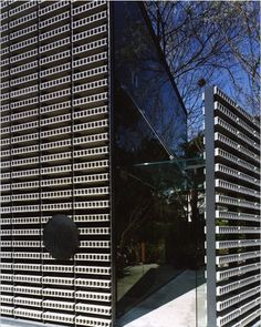 Waketokuyama Minamiazabu, Minato-ku, Tokyo by Kengo Kuma. The facade of this building is made up of cinder block-colored bricks on a black steel frame creating such a beautiful screen.