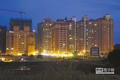 【住宅政策 25年只換來空城】 淡海新市鎮空屋狀況嚴重,入夜之後華燈初上,遠望嶄新的社區大樓最亮的是入口大廳與樓梯間的燈光,住戶的燈光卻是寥寥可數。(陳志源攝)