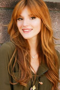 rotblonde Haare, natürliche Schönheit, helle Haut, braune Augen, rosa Lippen, casual