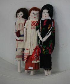 ...Фея кукол создавала, Мастерила, колдовала. Все, чего она касалась, Оживало, просыпалось. И в ее руках послушно Обретали куклы души. Ведь у кукол судьбы тоже, С…