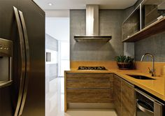 A marcenaria, também da Mobitec, compõe com a madeira utilizada no painel da churrasqueira.