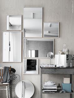 En spegelvägg med STAVE speglar, SKOGSVÅG spegeln bryter av med sin runda form. Spegelkub av LOTS speglar, TRENSUM bordsspegel.