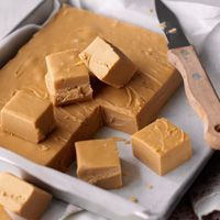 My dad is a fudge fanatic. His favourite fudge is crumbly and sweet. This is the best recipe I could find for making crumbly fudge. Yummy Treats, Delicious Desserts, Sweet Treats, Yummy Food, Candy Recipes, Sweet Recipes, Dessert Recipes, Uk Recipes, Easy Baking Recipes