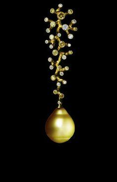 Jewellery Theatre: Jewellery Corals Pendant , 18K yellow gold, 31 diamonds, gold pearl.