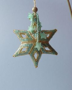 Seed Bead Projects, Beading Projects, Beaded Christmas Ornaments, Christmas Jewelry, Plastic Bead Crafts, Ornament Tutorial, Peyote Beading, Seed Bead Jewelry, Bead Art