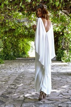 Vestidos de novia. Colección 2017. Espalda en pico de vestido en crepe con… Weeding Dress, Wedding Dresses With Straps, Bohemian Wedding Dresses, Dream Wedding Dresses, Bridal Dresses, Wedding Gowns, Casual Chic Outfits, Leggings Mode, Leggings Fashion