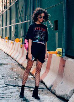 Aposte em uma maxi t-shirt vintage e coordene com a meia. O resultado é urbano e descomplicado.