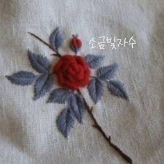 빨간 장미와 회색 잎이 잘 어울려요. <손끝에서 피는 꽃과 자수> 책에 실었습니다. 소금빛자수 가을학기수업 개강합니다.  첫 날…