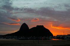 Sol nasce por trás do Pão de Açúcar e colore a paisagem no Rio.  http://glo.bo/1BZYTA8  Foto: Thiago Lontra/ Agência O Globo