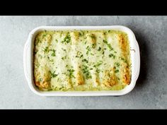 Enchiladas Verdes, with a simple homemade roasted tomatillo sauce that will make your tastebuds rock out. Plus chicken and cheese and tortillas. Avocado Enchiladas, Enchiladas Verdes Recipe, Beef Enchiladas, Chicken Drumstick Recipes, Chicken Recipes, Parm Chicken, Chicken Meals, Roasted Tomatillo, Tomatillo Sauce