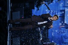 Scotty McCreery makes it snow at CMA Country Christmas!
