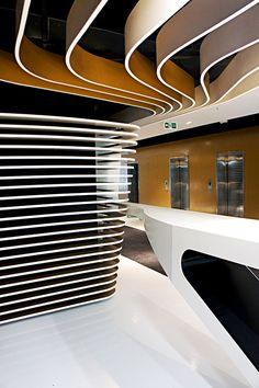 L'ORÉAL EN COLOMBIA Estética, moda e innovación tecnológica son atributos de L'Oréal que se reflejan en el diseño y ejecución de sus nuevas instalaciones corporativas en Bogotá. La sede está ubicada en el sector de El Chicó y ocupa cinco pisos del conjunto Urban Plaza.