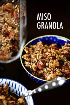 Granola au miso (sans gluten) | Cuisine en Scène, le blog cuisine de Lucie Barthélémy - CotéMaison.fr Muesli, Tahini, Granola Sin Gluten, Fondue, Sans Gluten, Soup, Desserts, Coconut Flakes, Organic Coconut Oil
