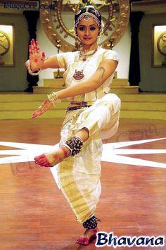 Kuchipudi popular in southern India Folk Dance, Dance Art, Ballet Dance, Isadora Duncan, Shall We Dance, Just Dance, Tribal Fusion, Indian Classical Dance, Dance World