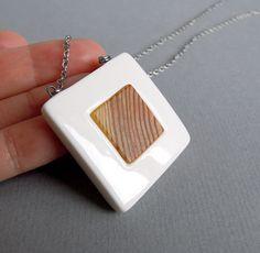 """Porcelain & wood (náhrdelník) """"Pohybuji se v prostředí, kde se pracuje nejen s křehkým porcelánem, ale i s voňavým dřevem, proto vznikla nová série šperků, která kombinuje tyto dva krásné materiály"""". Voňavé přírodní dřevíčko je ručně opracované, ošetřené olejem a včelím voskem a je pevně vlepeno do čistě bílého porcelánového lůžka. Hodí se k broži ..."""