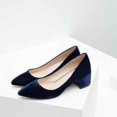 PUMPS MET BREDE HAK EN VELOURS