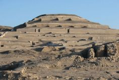 """Cahuachi, el Vaticano del Perú Prehispánico en Ica.  En medio del desierto del valle del río Nazca, en el departamento de Ica, se puede apreciar el """"Lugar donde viven los videntes"""", cuyo significado proviene de uno de los conjuntos más grandes de pirámides y plazas que han sido construidos en la época prehispánica, su nombre es Cahuachi."""