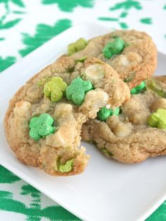 These Lucky Charms cookies are magically delicious. #stpatricksday