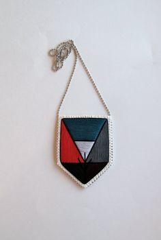 Brodé Collier Pendentif avec colorblock dessin géométrique en prune gris noir de rouge foncé sarcelle avec boules argent