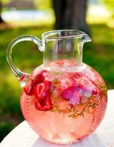 Une décoration de table d'été rafraîchissante via des pichets d'eau et de fruits