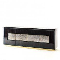 Credenza Herbert a quattro ante in essenza con elementi ceramici applicati sul fronte e riquadrati con cornice in ottone. Interno laccato lucido con ripiani in vetro extrachiaro. Disponibile in diverse combinazioni di legni ed effetti ceramici.