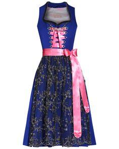 Exklusives Couture-Dirndl der Designermarke Silk & Pearls in Royalblau. Das Dirndl ist aus reiner Seide gefertigt und weist einen dezenten Glanz auf. Das Mieder-Oberteil besticht durch eine graue Samt-Zierborte am Ausschnitt und besitzt eine Schnürung in Pink mit einem darunter liegenden Reißverschluss. Schmückende Details bilden die mit Steinchen verzierten Ösen am Mieder, ein elegant erhöhter Kragen sowie die abnehmbare Charivari-Kette.