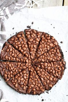 No bake paj - en paj som bakas utan ugn. Denna är gjord av oreokakor, kola, chokladfudge och kinasnacks. No Bake Fudge, Cake Recipes, Dessert Recipes, Pudding Desserts, Fika, Cheesecake, Candy, Homemade, Cookies