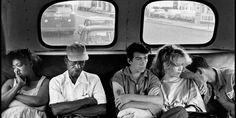 La Fundación Mapfre en Madrid ofrece una retrospectiva sobre el fotógrafo americano Bruce Davidson. Casi doscientas fotos muestran el trabajo de una autor cuyo trabajo trasciende la mera documentación para mostrar su preocupación por el mundo, su empatía con los perdedores, los marginados, los solos, los que se merecen justicia. Te ofrecemos una guía para que disfrutes de este trabajo como merece.