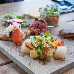 Frische Fisch- und Fleischvariationen zur Vorspeise im Restaurant Hafenküche | creme berlin