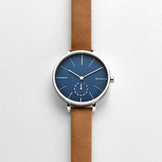 The refined Hagen Watch has a soft leather band and polished stainless steel finish. In the minimalist dial, the hours are marked by clean, sharp lines, while a sub-second timer keeps track of seconds. The smooth curve of the profile echoes the endless horizon line of Skagen.