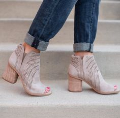 Find out the most current fashion boots or shoes for women. Sporting comfy shoes is vital, not only to the health care of your feet, but also to enjoy your day. Comfy Shoes, Cute Shoes, Me Too Shoes, Casual Shoes, Comfortable Shoes, Bootie Boots, Shoe Boots, Shoes Heels, High Heels