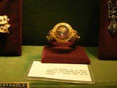 Pulsera con gran amatista y escudo real de la reina Isabel II, tesoro de la Virgen del Pilar, Zaragoza.