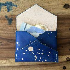 Der card holder von Studio Munique! - Maße: 9,5 x 7 cm- fortlaufend nummeriert- jedes Stück ein Unikat- von Hand genäht weißer gewachster Garn- von Hand gefärbt - von Hand geschnitten- mit Bienenwachs veredelte Kanten- dezente Logo Prägung- feinstes vegetabiles Rindsleder - Farbe: space blue- super slim- voll Laser  #studiomunique #manufactur #handmade #leather #stuff #fashion #keyring #wallet #design #munich #denim #mensfashion #custom #orginal #handcrafted #qualitygoods #patina #artisan…