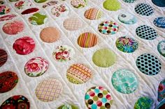 Love this patchwork quilt . but no way could I cut out those circles Yo Yo Quilt, I Spy Quilt, Patch Quilt, Applique Quilts, Scrappy Quilts, Baby Quilts, Kid Quilts, Patchwork Quilting, Drunkards Path Quilt