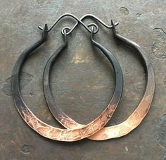 I created these fierce hoops out of 16g copper that I hammered into elegant hoops ... I then added 20g earwires and oxidized the copper from a