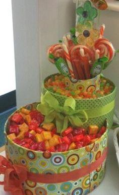 Cajas decorativas como bases para tus candy bars, precioso. #CandyBars
