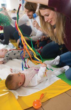 Met deze lintjes kan je een baby uren bezig houden. geef de lintjes een verschillende kleur om het nog leuker te maken. Je kan dit gebruiken op de mat maar ook tijdens het verluieren.