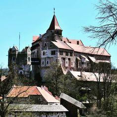 Nenapadá vás, kam si zajet udělat krásný výlet? A co české hrady? Ukážeme vám 30 nejkrásnějších hradů v ČR, které stojí za to navštívit. Panama, Castles, Mansions, House Styles, Instagram, Home Decor, Decoration Home, Panama Hat, Chateaus
