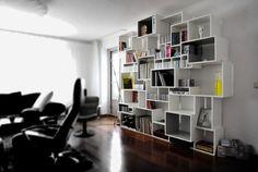 Wandkast type 'Xi' met verdiepte en gekleurde vakken van www.atelier180.nl