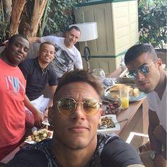 Sunny Sunday means BBQ with friends 👌🍡 Neymar Jr, Paris Saint Germain Fc, Good Soccer Players, National Football Teams, Shakira, Club, My Hero, Cool Pictures, Pilot