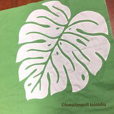 """168 Likes, 9 Comments - kaiolohia (@hawaiianquilt_kaiolohia) on Instagram: """"ドドンと大きなモンステラのクッションのアップリケも終了  #ハワイアンキルト  #hawaiianquilt  #モンステラ"""""""