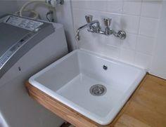 洗濯室となる増築部分がほぼ完成。 洗濯機も階段下収納から移動させた。(洗濯機は、家を建てた時、洗面室のカウンター下にドラム式のものを置いていたの...