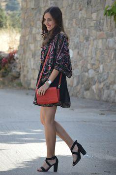 1000 MANERAS DE VESTIR: Embroidery. Black dress with colourfull emboidery+black ankle strap heeled sandals+red shoulder bag. Late Summer Outfit 2016