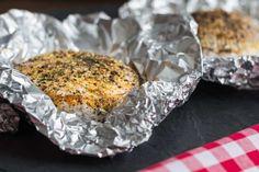 Další vychytaný recept si Láďa Hruška připravil ze dvou oblíbených surovin – gothajského salámu a hermelínu. Pro všechny milovníku hermelínu je přímo povinností tento recept vyzkoušet! Ingredience: hermelín gothajský salám hořčice (např. kremžská) paprika česnek olivový olej grilovací koření Postup: Nejdříve si připravíme marinádu zoleje,